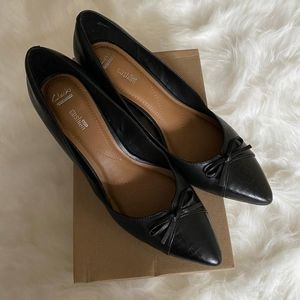 Clarks black dress pump with bow detailing